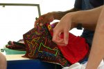 73_Venancio_showing_us_how_he_sews_the_Molas_(Hanna_Spegel)